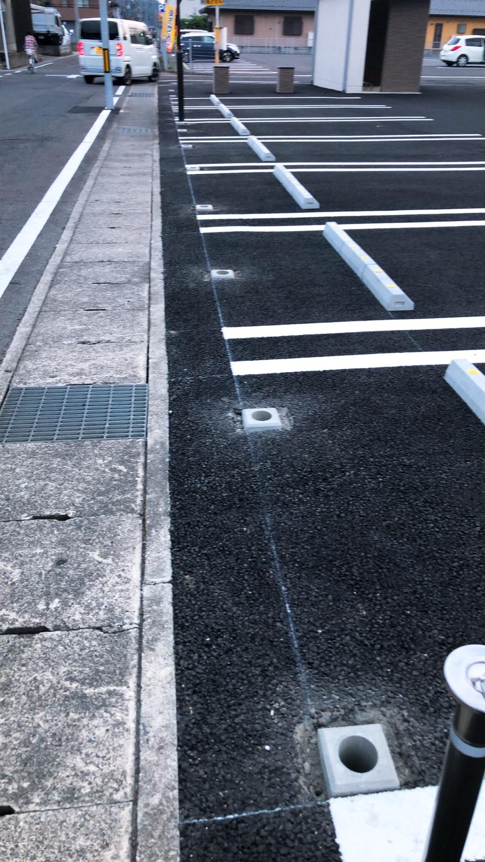 駐車場東側にフェンス増設工事中です。足元にお気をつけ下さい。
